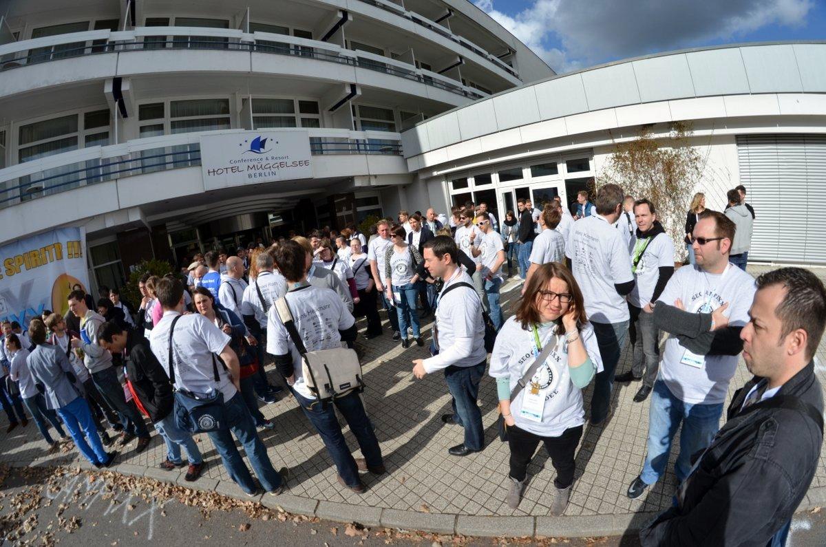 Sammeln vor dem Hotel-Eingang zum großen Teilnehmer-Foto